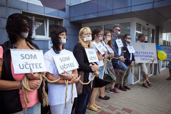 Účastníci z iniciatívy Slovenských učiteľov a Nie je nám to jedno, počas protestu s názvom: Začnite konať! pred budovou Ministerstva školstva SR.