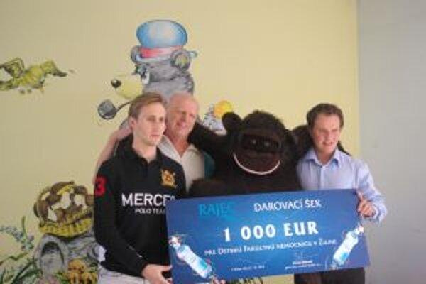 Zľava Sajfa, primár Kováčik, Marget pri odovzdávaní finančného šeku.