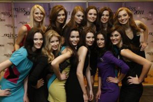 Finalistky Miss Slovensko 2011. Viera Brežná v spodnom rade vo fialových šatách.