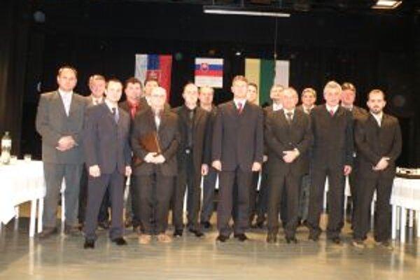 Poslanci a primátor v Bytči. Milan Zátek (SDKÚ, druhý zľava) uvoľnil miesto Milanovi Ovseníkovi (SMER.