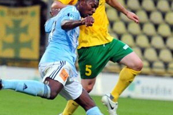 Ľubomír Guldan (v žltom) v súboji s Karimom Guédém zo Slovana.