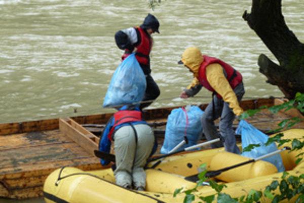 Minulý rok sa do zberu  zapojilo 32 dobrovoľníkov, vyzbierali 60 vriec odpadu.