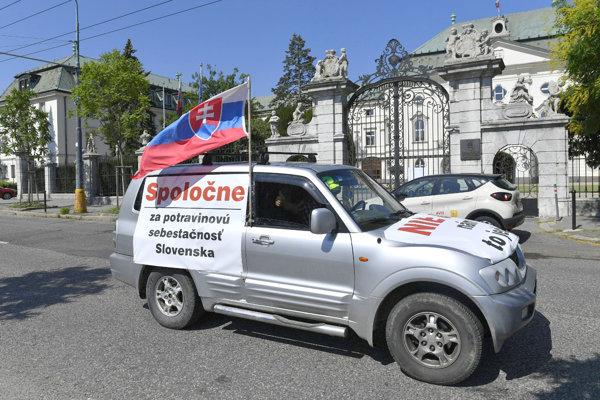 Na snímke nespokojní farmári dorazili pred Úrad vlády SR v Bratislave.