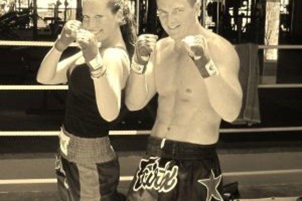 Barbora s učiteľom boxu v Thajsku. Volá sa Leslie a pochádza z Maďarska.