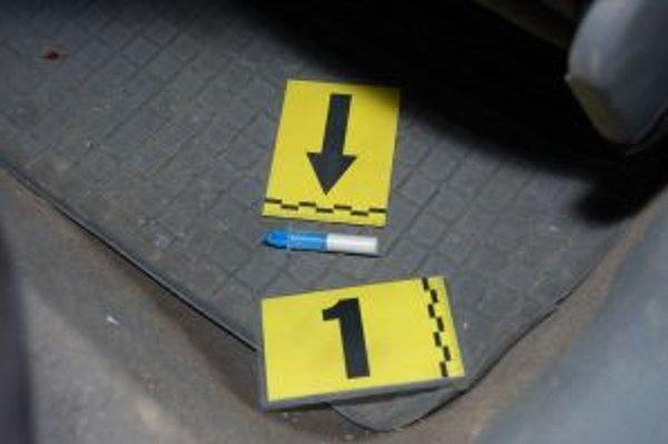 Jedna z dvoch striekačiek s pervitínom, ktorú objavili v aute dvojice mladíkov.