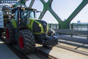Slovenskí farmári prechádzajú Starým mostom na rokovanie s ministerkou pôdohospodárstva a rozvoja vidieka SR Gabrielou Matečnou.