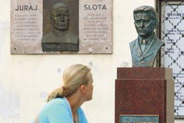 Busta ľudáka Ferdinanda Ďurčanského stála zabalená na námestí v Rajci už niekoľko mesiacov, v máji ju poškodil miestny mladík. Minulý týždeň ju bez slávnosti vrátili na miesto.