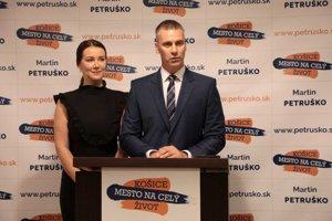 Martin Petruško okrem kandidatúry predstavil verejnosti aj svoju manželku.