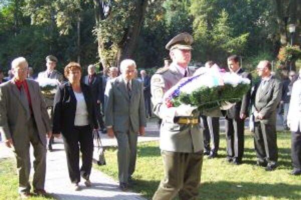Pri pamätníku na Studničkách, pri kladení vencov zástupcovia žilinského regiónu. Vľavo Hviezdoslav Breburdy.