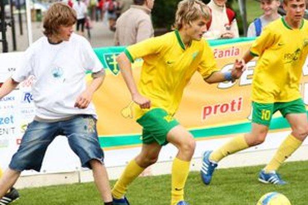 Na Hlinkovom námestí sa hrá futbalový zápas Sever proti Juhu. Prvý deň patrí žiakom škôl.