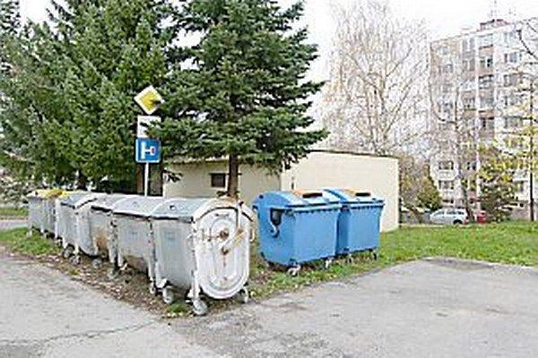 Staré smetné nádoby. Mali by ich vymeniť nové plastové nádoby.