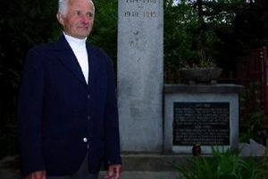 Jozef Čuraj pred pamätníkom obetí 1. a 2. sv. vojny v Divine.