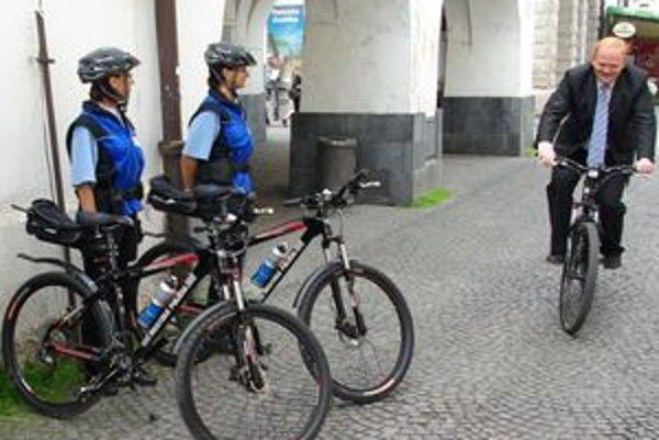 Nové bicykle vyskúšal priamo na mieste aj primátor Žiliny Ivan Harman.