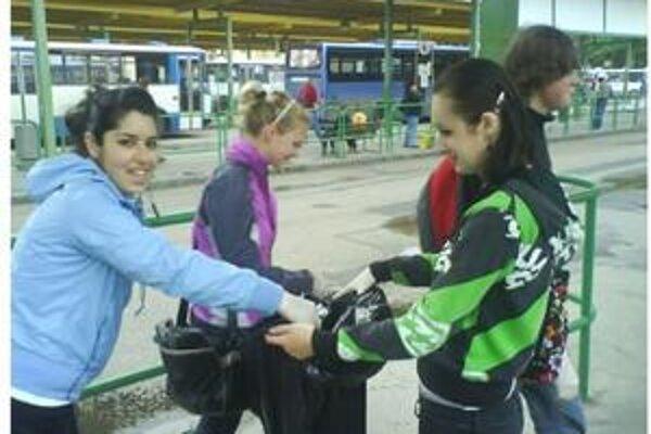 Stredoškoláci pri čistení autobusovej stanice.