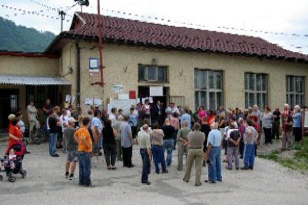 Vo Vraní protestovali. Žiadajú zastaviť tranzitnú dopravu a vyriešiť bezpečnosť na ceste.