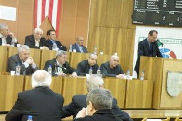Staronový predseda Ján Panák (v dolnom rade vľavo) počas vystúpenia predsedu ZsFZ Ladislava Gádošiho (vpravo). Ján Panák