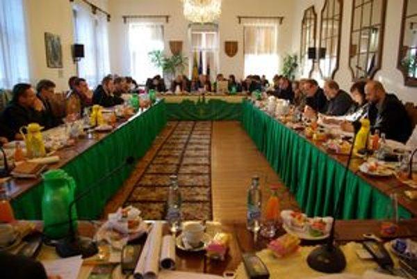 Nezávislí chceli uznesenie zrušiť. Proti boli poslanci SDKÚ, SNS a SMER-u.