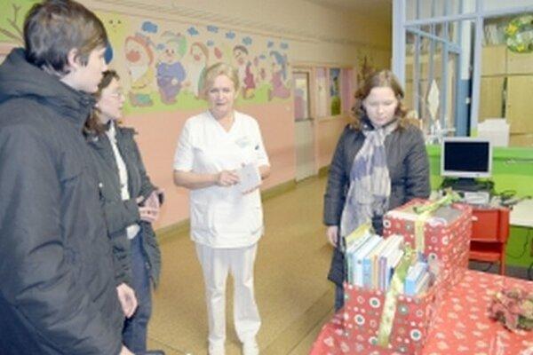 Akcia Adventná zbierka detí deťom.