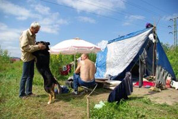 Jožo (vľavo) s Julkou a kamarátmi. Na svoj letný prístrešok nedajú dopustiť.
