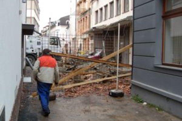 Hluk bolo počas pádu počuť aj do budov v okolitých uliciach.