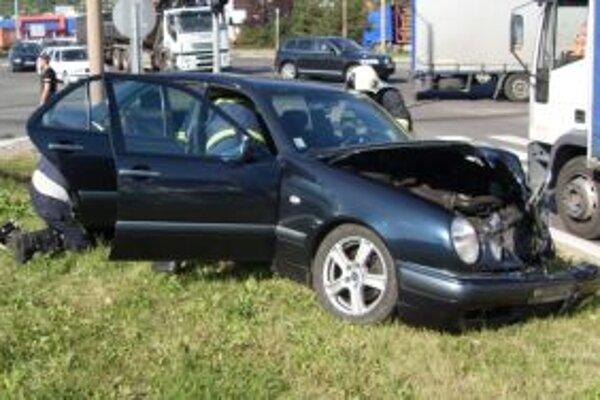 Mercedes zostal vedľa cesty.