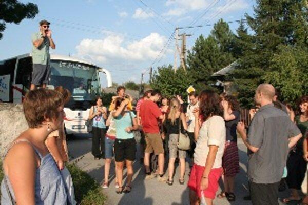 Diváci na tri dni odchádzajú dvomi festivalovými autobusmi mimo mesta objavovať staré kiná, kultúrne domy, obce a ľudí v okolí Žiliny.