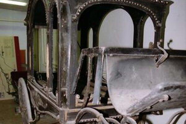 Vzácny pohrebný koč momentálne reštaurujú. V ďalšej sezóne by mal byť jednou z najvzácnejších pamiatok Považského múzea v Žiline.