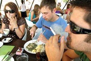 Cigarety a jedlo. Nový zákon určuje, kde by malo byť toto spojenie minulosťou.