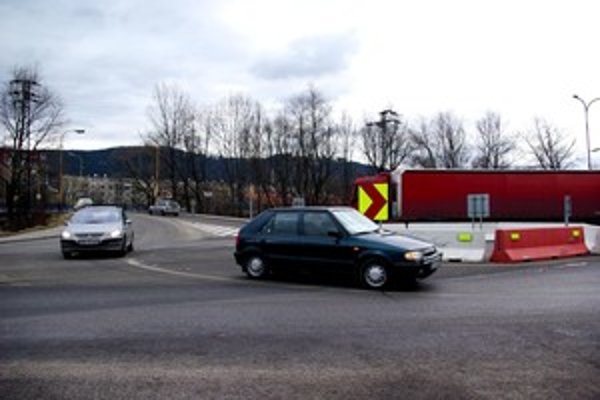 Kruhová križovatka pred Kysuckým Novým Mestom zatiaľ zostáva.