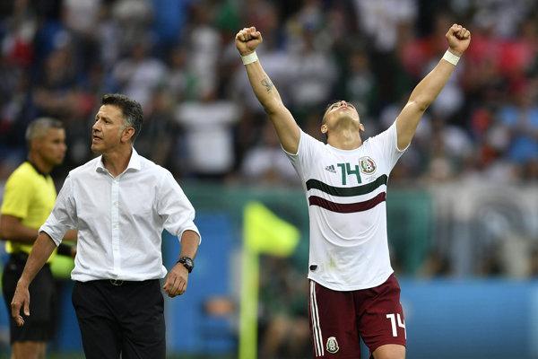 Tím Mexika sa zatiaľ na MS vo futbale 2018 ukazuje veľmi dobre. Vpravo Javier Hernández, vľavo tréner Juan Carlos Osorio.