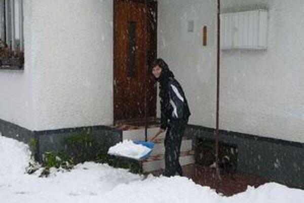 Na sneh už bolo treba aj lopatu.