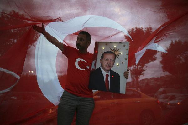 Recep Erdogan vyhral prezidentské voľby a posilní svoju moc.