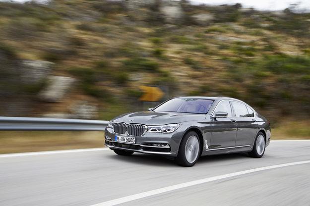 Služobné auto premiéra Austrálie (formálne je na čele stále britská kráľovná) je BMW radu 7 s balistickou ochranou - desaťcentimetrový pancier ochráni pred guľkami aj výbušninami. Vo dverách je 6-centimetrové polykarbonátové sklo, jedny vážia 250 kilogramov. Evidenčné číslo C1 odkazuje na príslušnosť Austrálie ku Commonwealthu.
