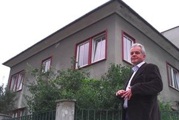 Vladimír Vidra pred ceneným domom. Svoje vlastnícke práva chce obhajovať ďalej.