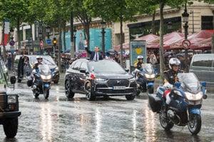 Oficiálnym dodávateľom áut pre francúzskeho prezidenta je DS, luxusná odnož Citroënu. Pre hlavu štátu vyrobili špeciálnu verziu modelu DS 7 Crossback s otváracou strechou.