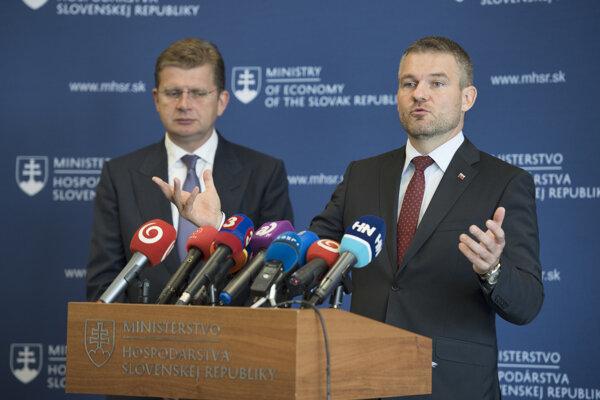 Vpravo predseda vlády SR Peter Pellegrini a minister hospodárstva SR Peter Žiga.