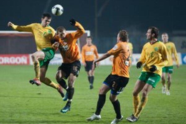 Hlavičkový súboj domáceho Miloša Lačného a Martina Vyskočila v zápase 17. kola futbalovej Corgoň ligy MFK Ružomberok a MŠK Žilina.