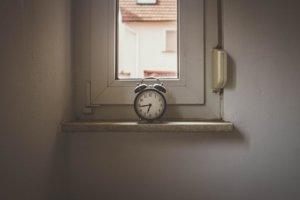 5. Ďalším z príznakov Alzheimera je strata pojmu o priestore a čase. Človek môže mať problém uvedomiť si koľko je hodín, aký je mesiac, alebo ročné obdobie. Občas sa môže stať, že sa človek ocitne na mieste, ktoré nespoznáva a nedokáže si spomenúť ako sa tam dostal.