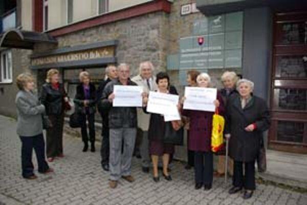 Obyvatelia Považského Chlmca takto protestovali proti Cogenu pred Inšpekciou životného prostredia v Žiline v októbri 2008.