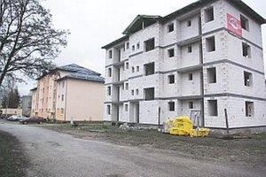 Druhú bytovku, v ktorej bude štrnásť bytov, plánujú dokončiť v auguste 2014.