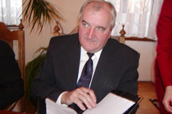 Rektor Ján Bujňák sa teší. Minister Mikolaj zaradil jeho školu medzi univerzity.