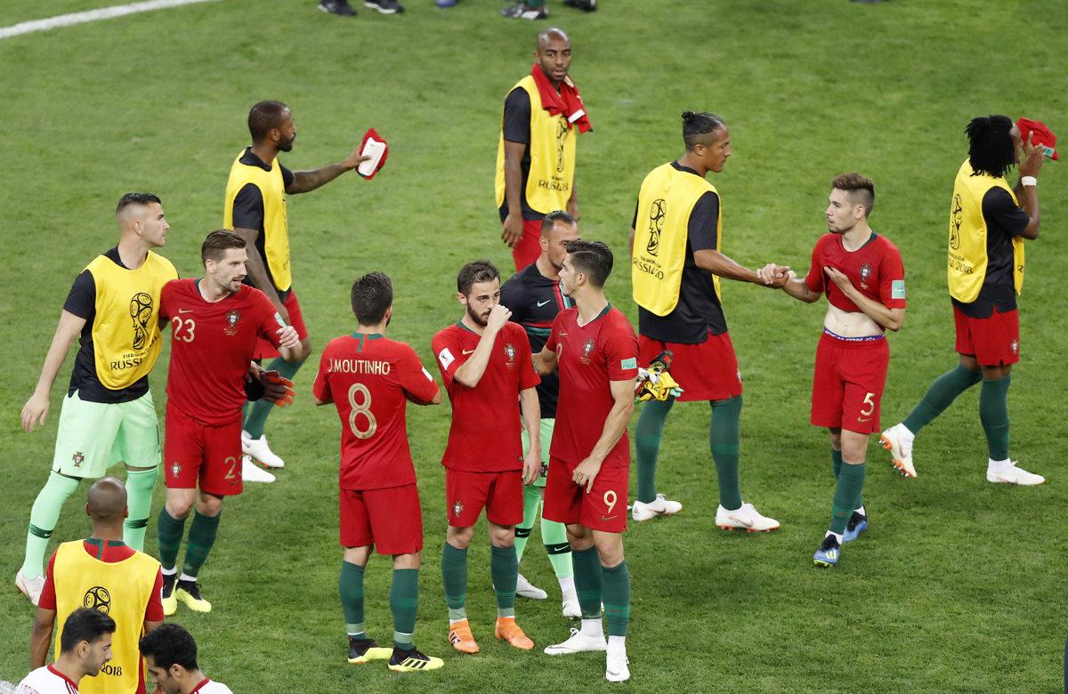 4a03fa4b2d83a Portugalskí reprezentanti oslavovali po zápase s Iránom postup do  osemfinále.