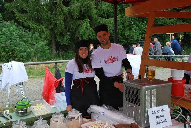 Za družstvo Jase Team sa o prípravu zemiakových gombolcov starali aj manželia Kubišovci