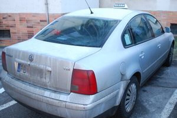 Auto, v ktorom olúpil svojich zákazníkov ozbrojený taxikár.