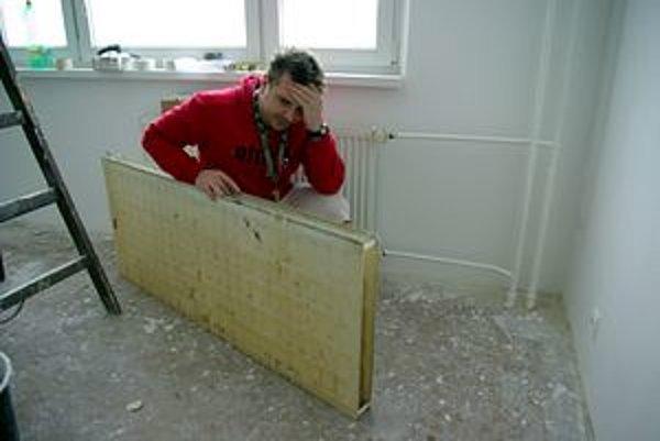 Peter Gaduš pri radiátore, ktorého jednoduchá výmena mu narobila starosti.