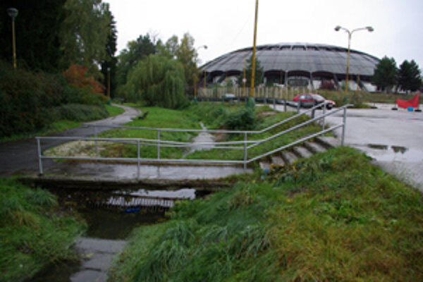 Mesto tvrdí, že si zatrubnenie potoka neželá. Ak sa investor rozhodne, pravdepodobne mu však nezabráni.