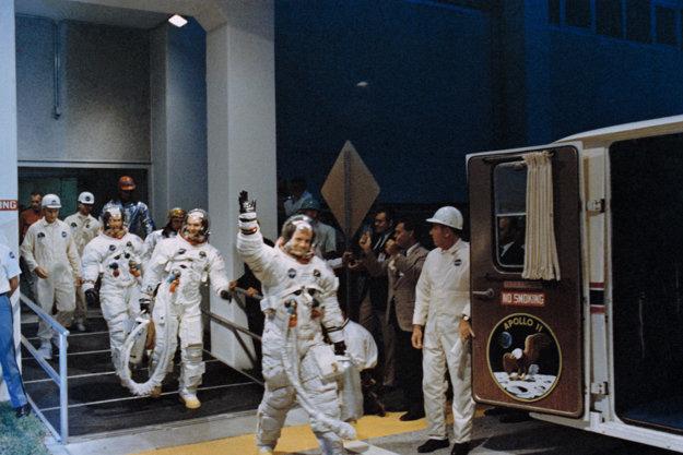 Rok 1969. Neil Armstrong (kýva) nastupuje do Appola 11.