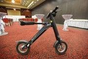 Smart city bike. Nabíja sa maximálne päť hodín, na jedno nabitie na ňom prejdete 45 kilometrov.
