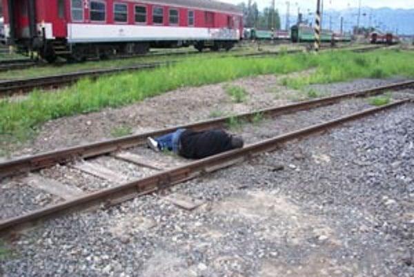 Muž si ľahol na koľajnice a čakal na vlak. V samovražde mu zabránili policajti.