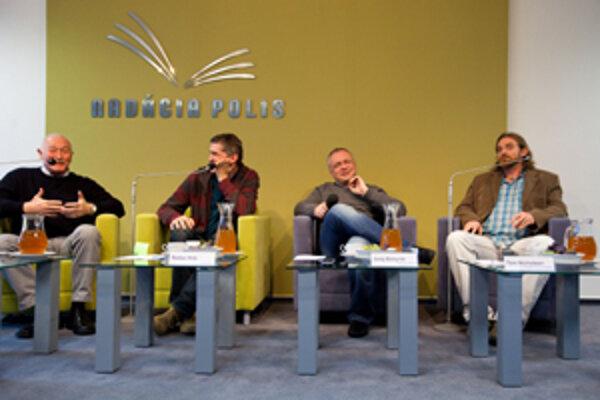 O tolerancii v Nadácii Polis diskutovali zľava František Šebej, Štefan Hríb, Juraj Bohyník a Tom Nicholson.